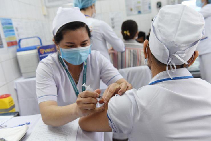 Tiêm vắc xin cho nhân viên y tế tại Bệnh viện Bệnh nhiệt đới TP.HCM - Ảnh: DUYÊN PHAN