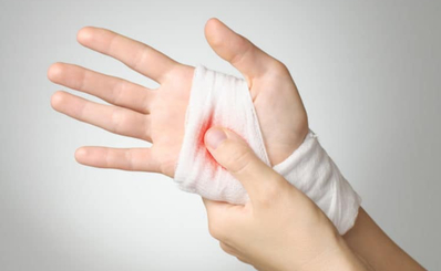 Sơ cứu ban đầu vết thương nông ngón tay trong sinh hoạt